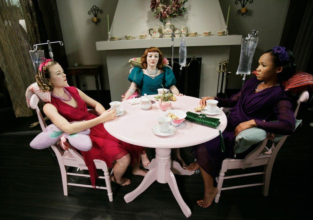 Der Täter hat aus seinen Opfern Puppen gemacht: (v.l.n.r.) Bethany Wallace (Rosalie Ward), Cindy Amundson (Megan Duffy) und Maxine Wynan (Monique Pa... - Bildquelle: Touchstone Television