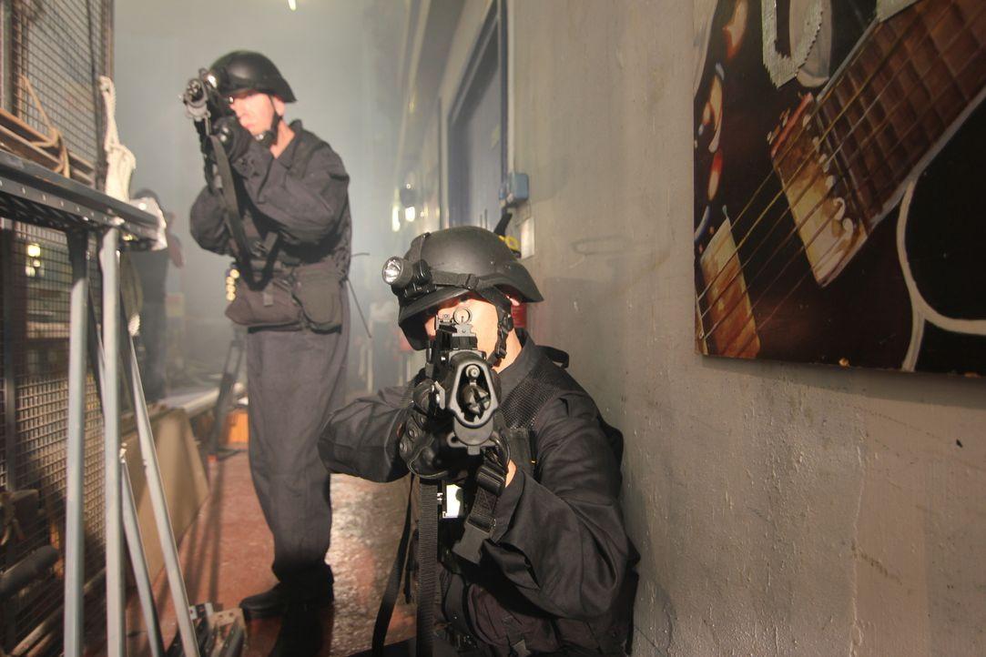 Russlands Elite-Einheit Alfa steht vor einer schier unmöglichen Aufgabe: Sie soll 800 Geiseln aus dem Moskauer Dubrowka-Theater befreien, die sich i... - Bildquelle: MMXII World Media Rights Limited