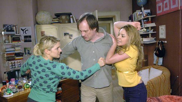 Armin (Rainer Will, M.) muss eingreifen, als der Streit zwischen Anna (Jeanet...