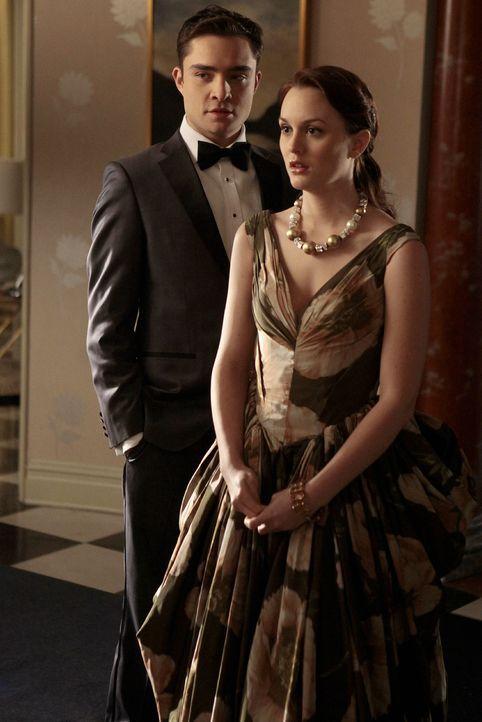 Um Zeit zu schinden, spielen Blair (Leighton Meester, r.) und Chuck (Ed Westwick, l.) vor der Psychiaterin ein zerstrittenes Paar - also einfach sic... - Bildquelle: Warner Bros. Television