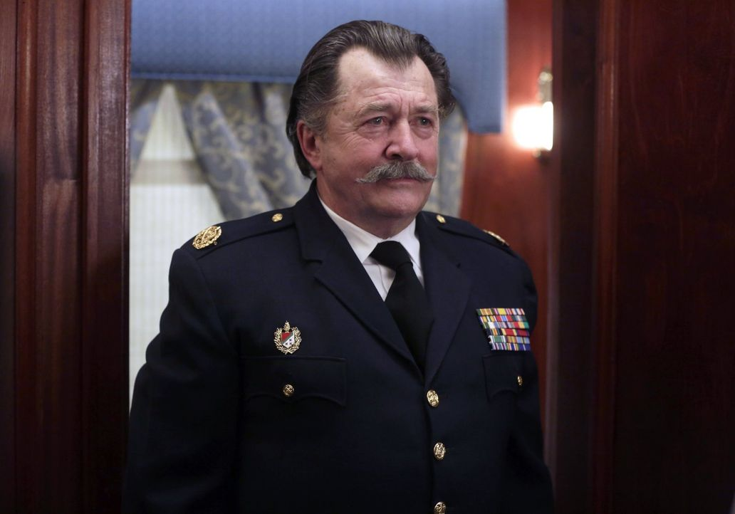 Als Henry den Tod des alten Mannes (Olek Krupa) untersucht, wird ihm klar: Er kennt ihn nur zu gut ... - Bildquelle: Warner Bros. Television