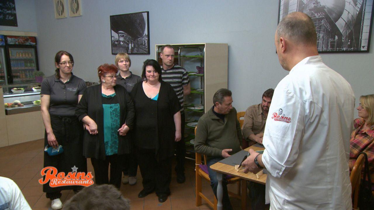 """Das Team von """"Academica""""  hofft, dass Frank Rosin (r.) das Lokal noch rechtzeitig retten kann ... - Bildquelle: kabel eins"""