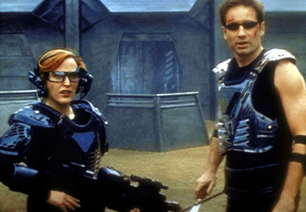 Mulder (David Duchovny, r.) und Scully (Gillian Anderson, l.) begeben sich in die virtuelle Welt des Computerspiels. - Bildquelle: TM +   2000 Twentieth Century Fox Film Corporation. All Rights Reserved.