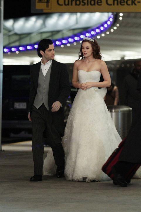 Die geschockte Blair (Leighton Meester, r.) flieht mit Dan (Penn Badgley, l.) von ihrem eigenen Hochzeitsempfang. Sie muss nach der herben Enttäusch... - Bildquelle: Warner Bros. Television