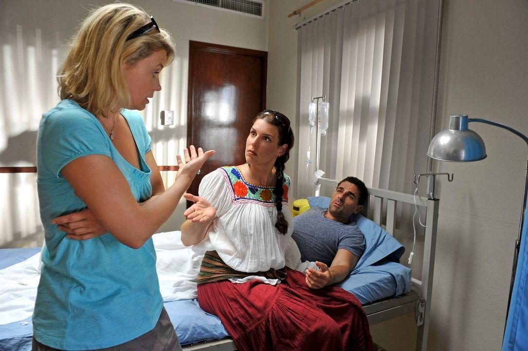 Als sich Pepe (Roberto Guerra, r.) während eines Bootsausflugs mit Barbara (Annette Frier, l.) verletzt, wird er ins Krankenhaus gebracht. Dort bric... - Bildquelle: Hardy Brackmann SAT.1