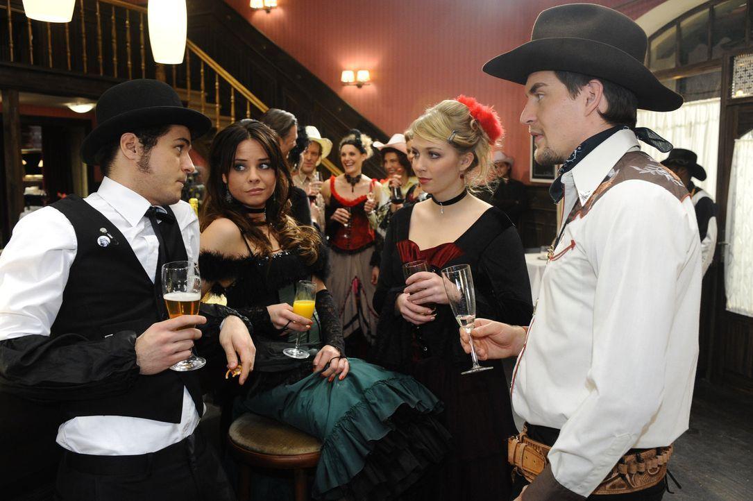 Machen sich Sorgen, wie es ohne Anna und Jonas weitergehen soll: (v.l.n.r.) Maik (Sebastian König), Paloma (Maja Maneiro), Lily (Jil Funke) und Lar... - Bildquelle: SAT.1