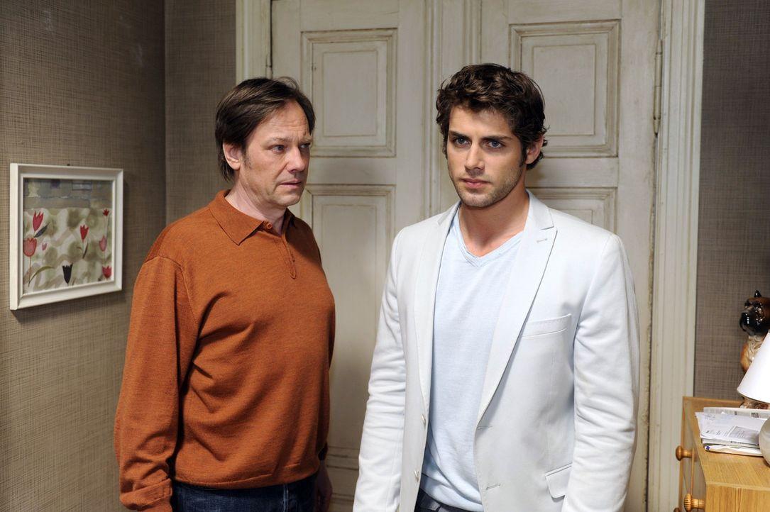 Der tieftraurige Jonas (Roy Peter Link, r.) bekommt Armins (Rainer Will, l.) ganze Wut zu spüren. - Bildquelle: Oliver Ziebe Sat.1