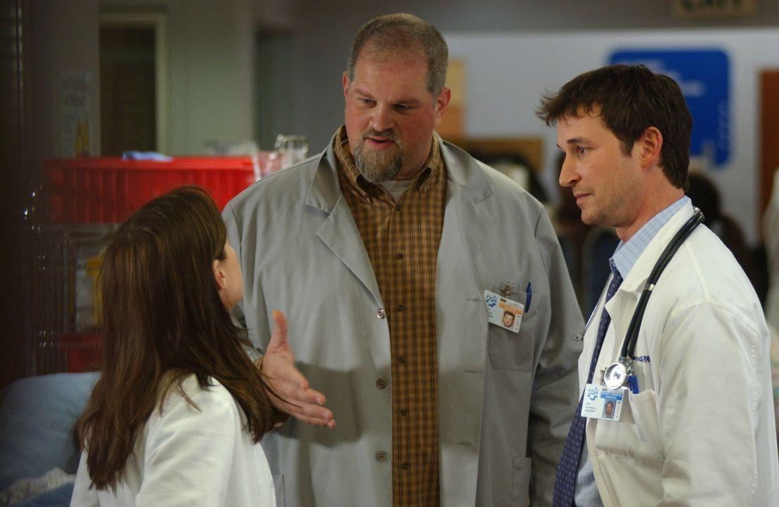 Haben einen anstrengenden Tag hinter sich: Abby (Maura Tierney, l.) Jerry (Abraham Benrubi, M.) und Carter (Noah Wyle, r.) ... - Bildquelle: WARNER BROS