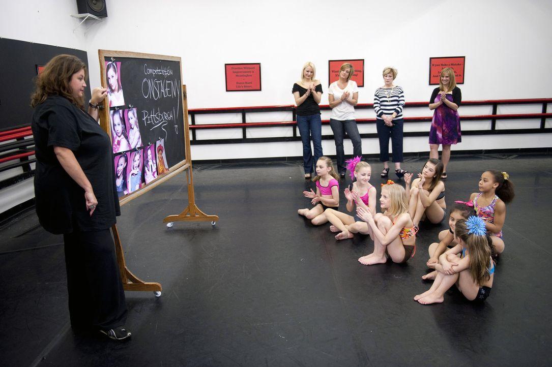 """Die """"Abby Lee Dance Company"""" in Pittsburgh, Pennsylvania hat es sich zum Ziel gemacht, tanzbegabte Kinder aus dem gesamten Land zu wahren Tanzprofis... - Bildquelle: 2011 A&E Television Networks, LLC. All rights reserved."""