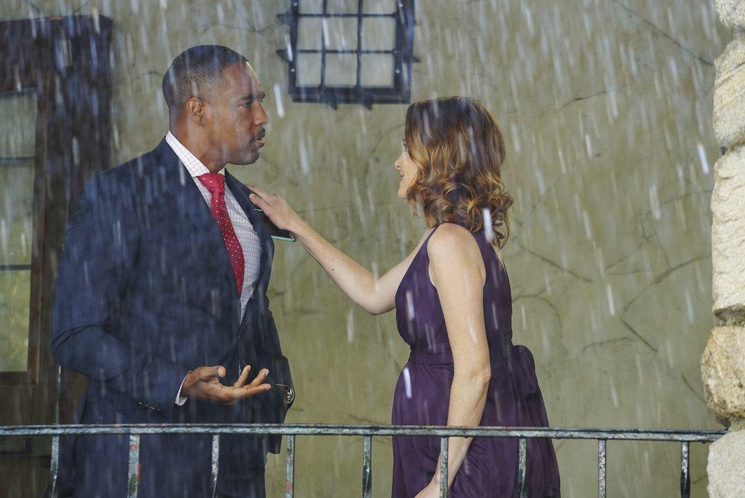 April (Sarah Drew, r.) hat ein Problem. Sie hat die Ringe für Amelia und Owen vergessen. Gemeinsam mit Ben (Jason George, l.) muss sie nochmal los.... - Bildquelle: Byron Cohen ABC Studios