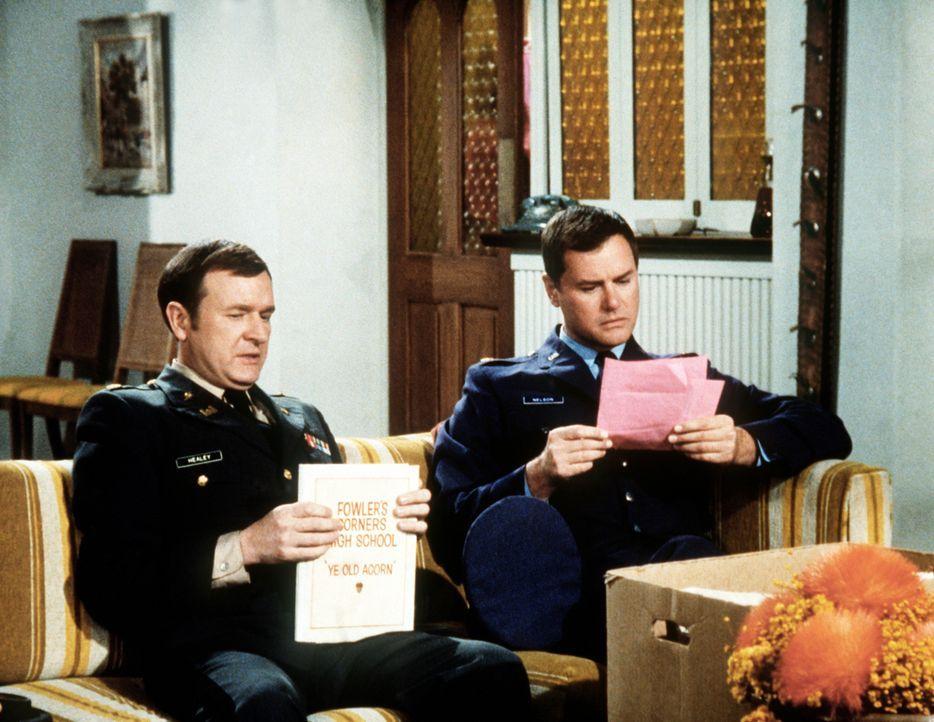 Tony (Larry Hagman, r.) hat einen parfümierten Brief von seiner Jugendliebe bekommen, und Roger (Bill Daily, l.) fragt sich, ob sie wohl so schön is... - Bildquelle: Columbia Pictures
