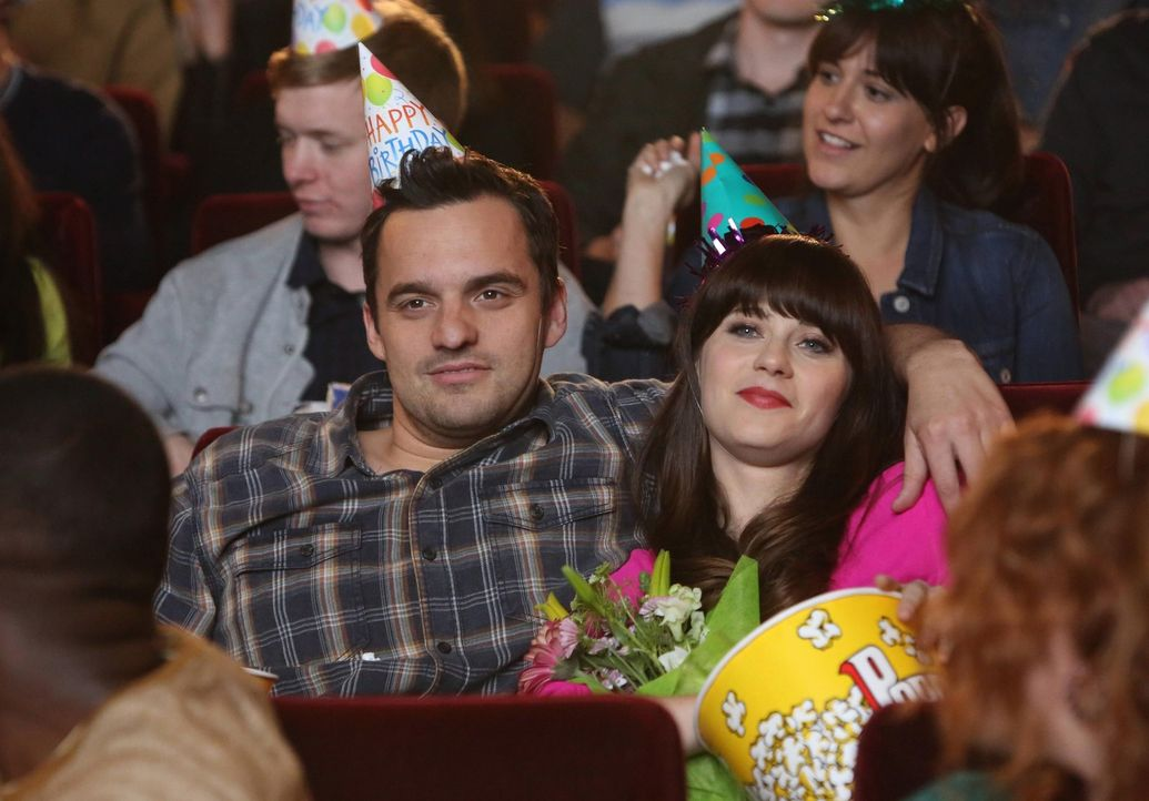 Normalerweise ist es Jess (Zooey Deschanel, r.) gewohnt, ihren Geburtstag alleine im Kino zu verbringen, doch dieses Jahr plant Nick (Jake M. Johnso... - Bildquelle: 2014 Twentieth Century Fox Film Corporation. All rights reserved.
