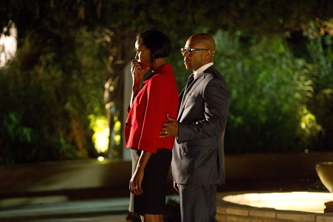 Während Dennis (Rockmond Dunbar, r.) und Lena Abbott (Christine Adams, l.) vor einer schweren Entscheidung stehen, sieht sich Jane wegen einer Erkra... - Bildquelle: Warner Bros. Television