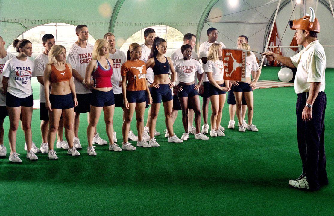 Als Aushilfscoach getarnt, muss der toughe Cop Roland Sharp (Tommy Lee Jones, r.) auf lauter junge Cheerleader-Girls (v.l.n.r.: Vanessa Ferlito, Mon... - Bildquelle: Sony Pictures Entertainment