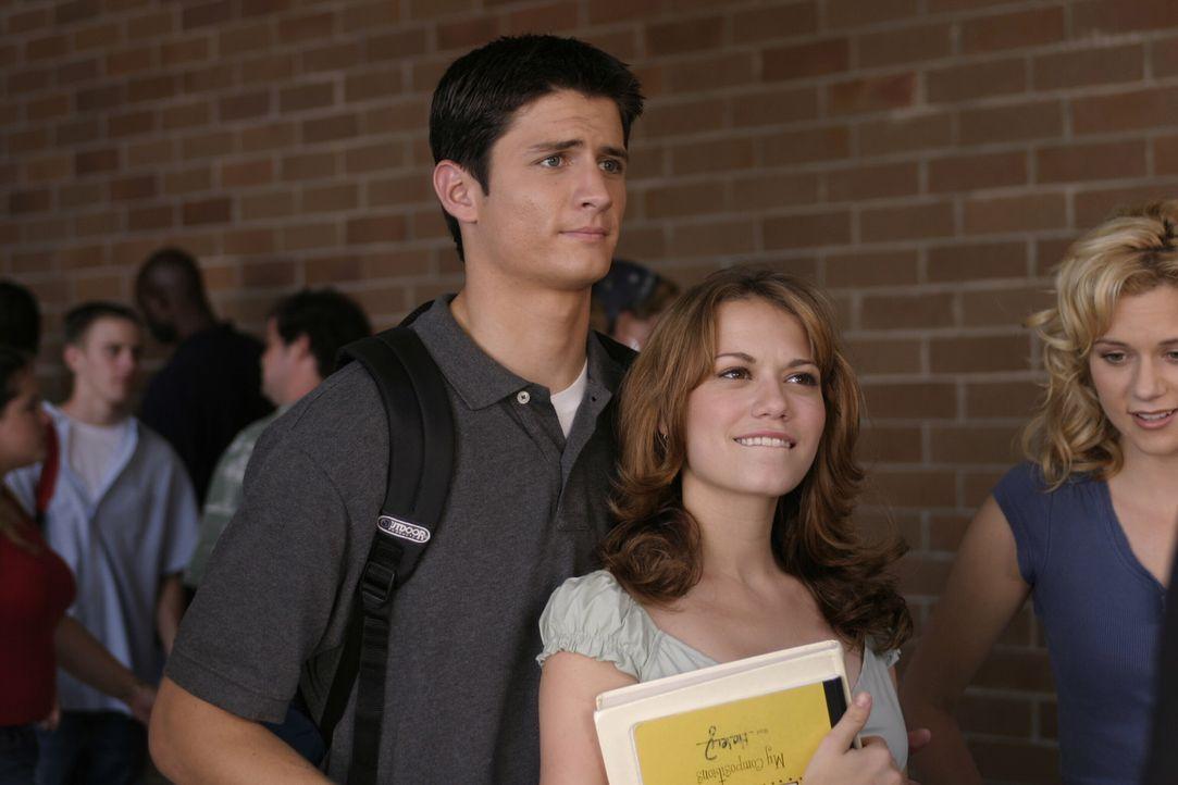 """Nathan (James Lafferty, l.) und Haley (Bethany Joy Galeotti, r.) betrachten den """"Neuzugang"""" Felix mit ganz unterschiedlichen Augen ... - Bildquelle: Warner Bros. Pictures"""