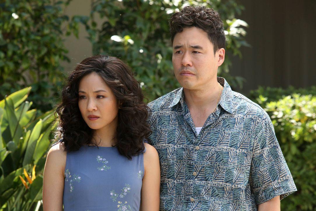 Jessicas (Constance Wu, l.) Familie hat ihren Besuch angekündigt. Louis (Randall Park, r.) reagiert recht panisch, da die Verwandtschaft auf keinen... - Bildquelle: 2015 American Broadcasting Companies. All rights reserved.