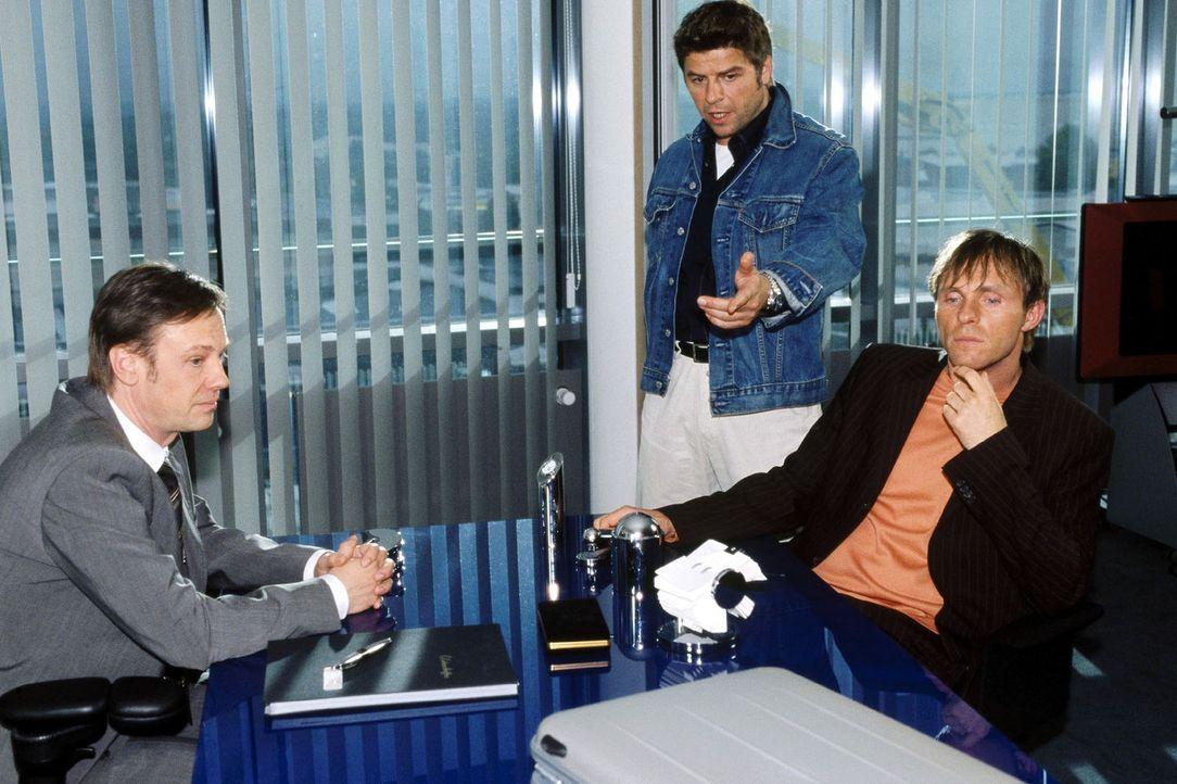 Jupp (Uwe Fellensiek, M.) und Falk (Dirk Martens, r.) befragen Dr. Troll (Rainer Will, l.) zu den ewig brennenden Glühlampen.