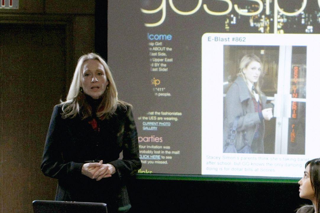 Durch das Gerücht von Blair muss sich Miss Carr bei Mrs. Queller (Linda Emond) rechtfertigen ... - Bildquelle: Warner Brothers
