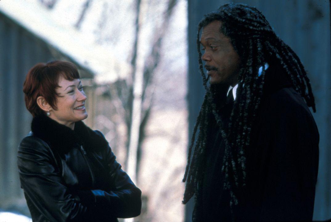 Moira (Ann Magnuson, l.) ist Romulus (Samuel L. Jackson, r.) bei seinen Ermittlungen behilflich … - Bildquelle: Francise Productions