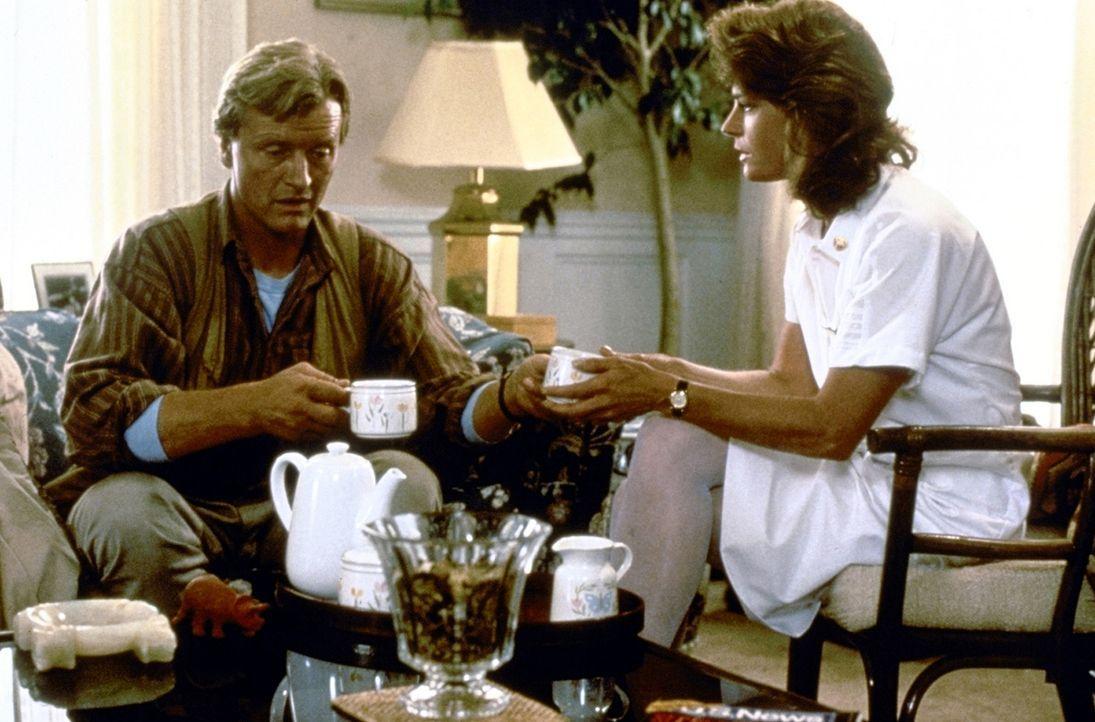 Während die ahnungslose Lynn Devereaux (Meg Foster, r.) Nick (Rutger Hauer, l.) von ihrer Scheidung berichtet, dringen skrupellose Gangster in ihr... - Bildquelle: TriStar Pictures