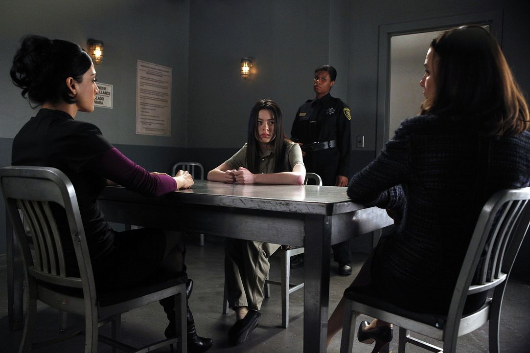 Alicia Florrick (Julianna Margulies, r.) und Kalinda Sharma (Archie Panjabi, l.) sind gespannt, was der Teenie-Star Sloan (Miranda Cosgrove, 2.v.l.)... - Bildquelle: 2010 CBS Broadcasting Inc. All Rights Reserved.