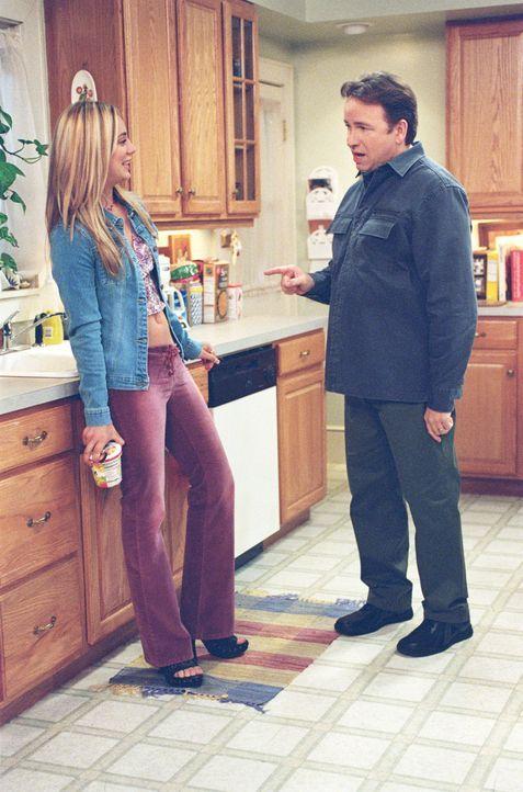 Als Paul (John Ritter, r.) mitbekommt, dass seine Tochter Bridget (Kaley Cuoco, l.) mit einem anderen Jungen ausgehen möchte, verlangt er von ihr K... - Bildquelle: ABC, Inc.