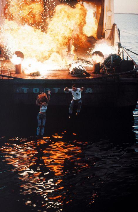 Geraten ungewollt in ein mörderisches Spektakel: Max (William Baldwin, r.) und Kate (Cindy Crawford, l.) ... - Bildquelle: Warner Bros. Pictures