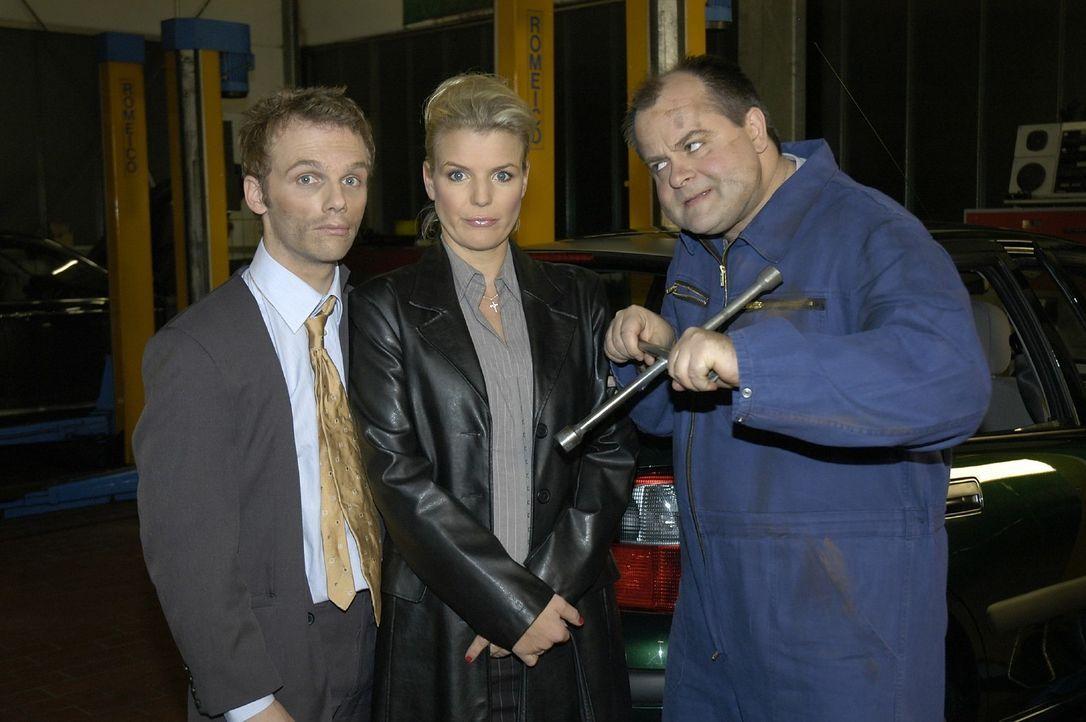 Ralf (l.) und Mirja (M.) erleben Abenteuerliches mit dem KFZ-Mechaniker Markus (r.) - Bildquelle: Oliver S. Sat.1