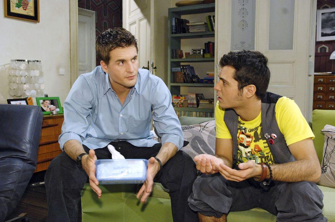 Maik (Sebastian König, r.) versucht Lars (Alexander Klaws, l.), der nicht weiß, was ihn nach Lilys Rückkehr erwartet, aufzubauen. - Bildquelle: Sat.1