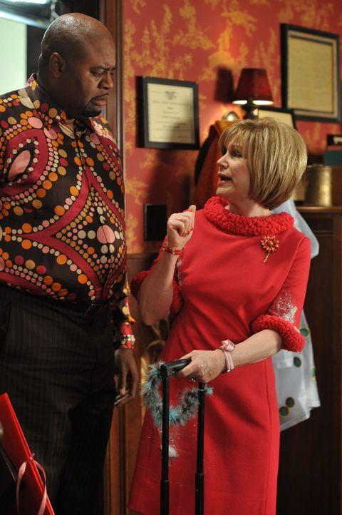 Annabelle (Mary Kay Place, r.) versucht, Emerson (Chi McBride, l.) mit Humor für sich zu gewinnen. Doch ist sie wirklich so fröhlich? - Bildquelle: Warner Brothers