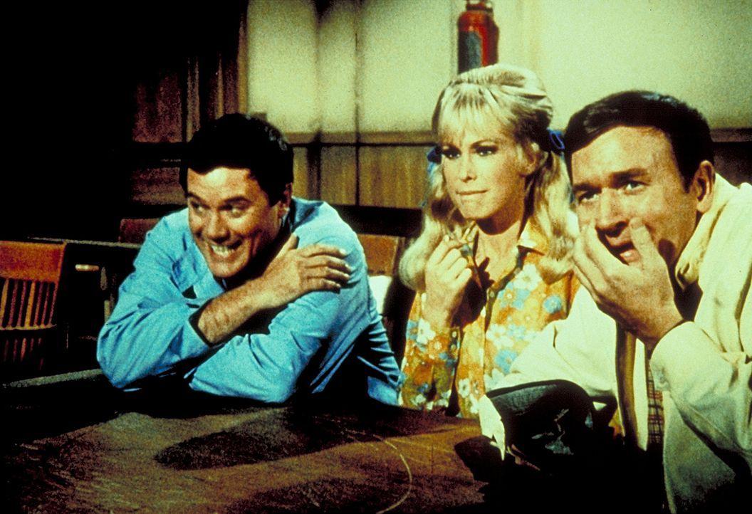 Vor Gericht entlarven Tony (Larry Hagman, l.), Jeannie (Barbara Eden, M.) und Roger (Bill Daily, r.) den Schwindler mit dem Rollstuhl.