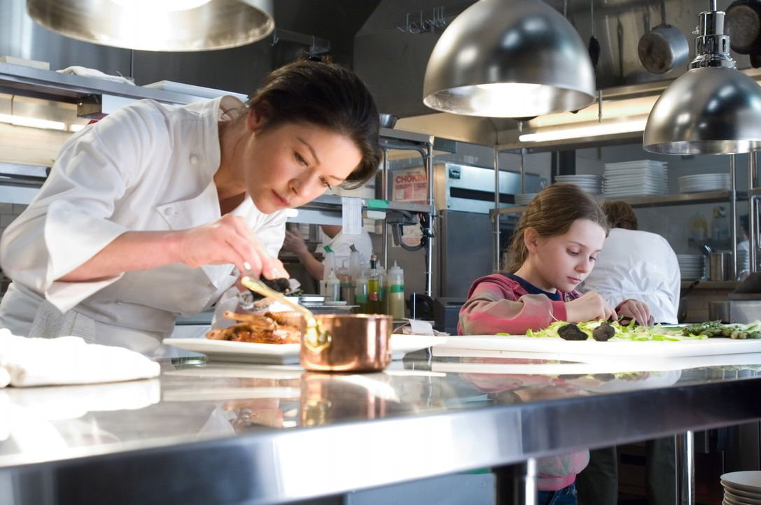 Weil der neue Koch Nick einen guten Draht zu der kleinen Zoe (Abigail Breslin, r.) hat, nimmt sie Kate (Catherine Zeta-Jones, l.) jeden Tag mit in d... - Bildquelle: Warner Bros.