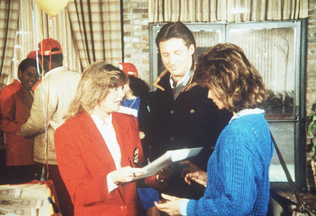 """Lee (Bruce Boxleitner, M.) und Amanda (Kate Jackson, r.) sind auf einem Seminar der Fast-Food-Kette """"Prima Marvin"""", das die Geschäftsführerin Carla..."""