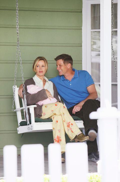 Haben alles gut überstanden: Lynette (Felicity Huffman, l.) und Tom (Doug Savant, r.) ... - Bildquelle: ABC Studios
