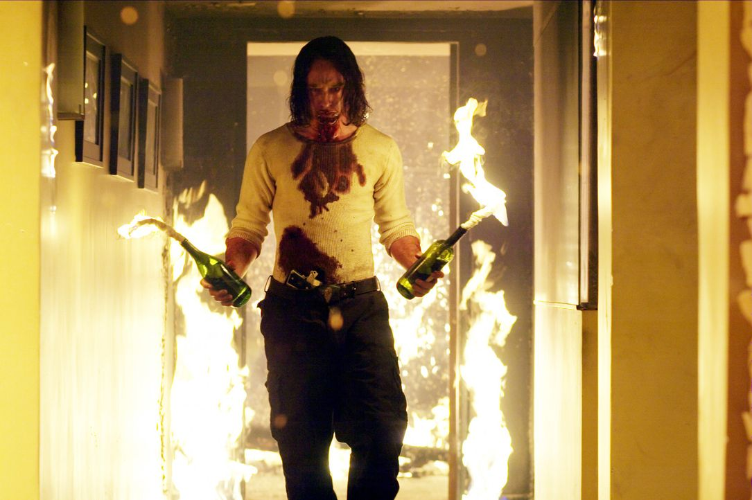 Der Geiselnehmer Mars Krupcheck (Ben Foster) hat nichts mehr zu verlieren. Deshalb beschließt er, das gesamte Haus in Brand zu setzen ... - Bildquelle: 2004 Hostage, LLC. All Rights Reserved