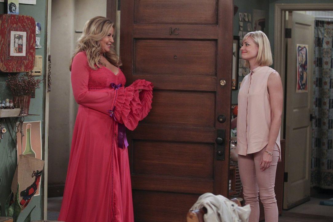 Sophie (Jennifer Coolidge, l.) teilt Caroline (Beth Behrs, r.) eine erstaunliche Entscheidung mit: Sie und Oleg wollen 30 Tage vor ihrer Hochzeit en... - Bildquelle: Warner Bros. Television