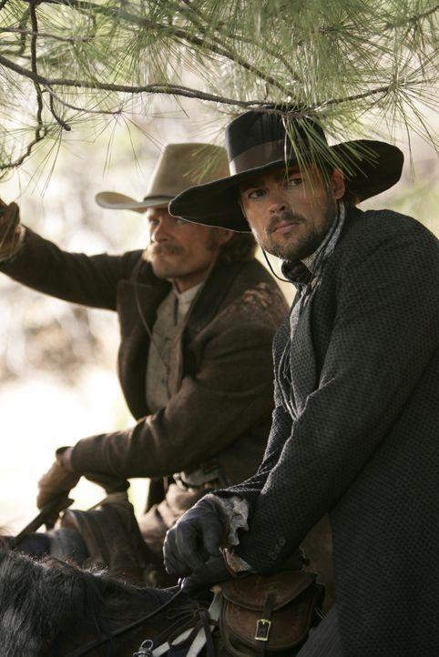 Das Ende des Bürgerkrieges bringt für Gus (Steve Zahn, l.) und Woodroow (Karl Urban, r.) einige Veränderungen mit sich, die ihr Leben als Texas Rang... - Bildquelle: 2006 CBS Broadcasting Inc. All Rights Reserved.