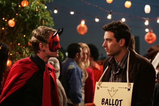Wie jedes Jahr nimmt Ted (Josh Radnor, r.) an der Halloween Party teil, die i...