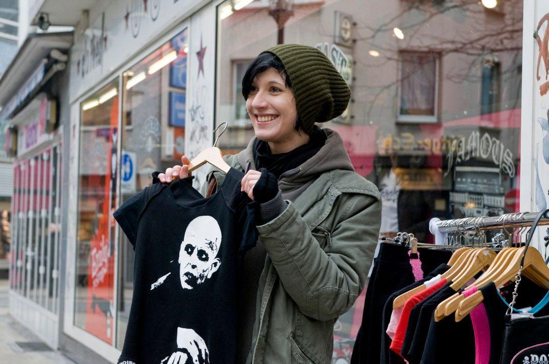 Die 26-jährige Daniela studiert in Bochum und mag Gothic, was ihre Kleidung und auch ihr Make-up betrifft. Sie liebt Totenköpfe über alles und es ve... - Bildquelle: Martin Menke Sat.1