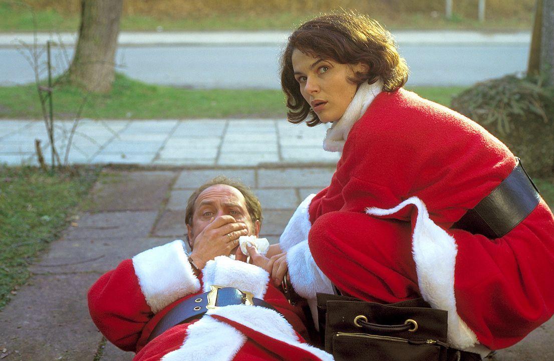 Weihnachten - das Fest der Liebe: Erst als Charlotte (Barbara Auer, r.) mit ansehen muss, wie Mauser (Uwe Ochsenknecht, l.) leidet, erwachen bei ihr... - Bildquelle: ProSieben