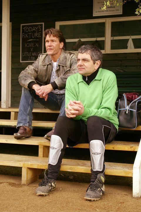Seine Leistung als Torwart ist eher mäßig und so muss Reverend Walter Goodfellow (Rowan Atkinson, r.) als Zuschauer dem Spiel beiwohnen. Auf der Ers... - Bildquelle: Constantin Film