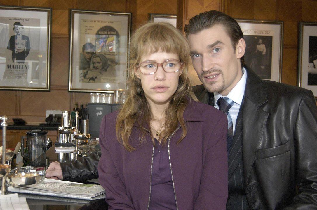 Lisa (Alexandra Neldel, l.) ist dahinter gekommen, dass Richard von Brahmberg (Karim Köster, r.) gegen David eine Intrige plant, und wird nun von i... - Bildquelle: Sat.1