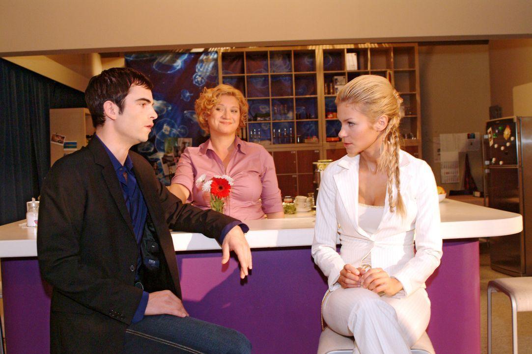 David (Mathis Künzler, l.) ergreift zu Agnes' (Susanne Szell, M.) Freude Partei für Lisa und fordert Sabrina (Nina-Friederike Gnädig, r.), die immer noch über Lisas Anblick mit Hut lästert, energisch auf, sich bei seiner Assistentin zu entschuldigen.