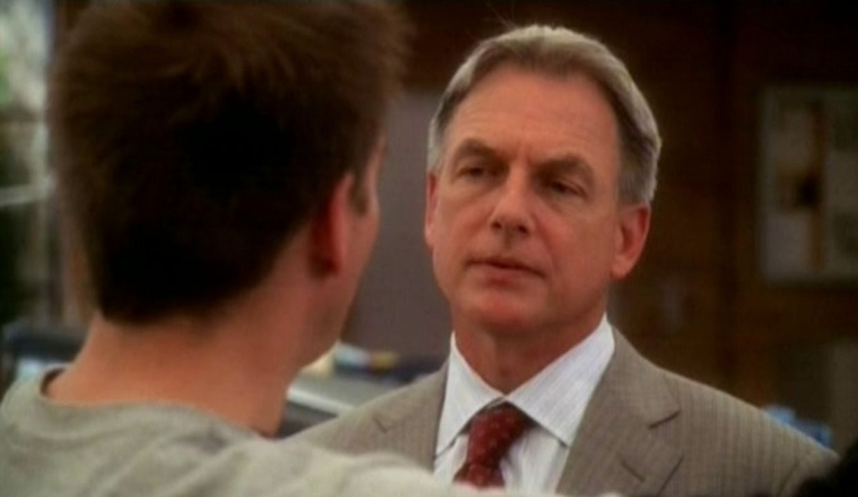 """Gibbs (Mark Harmon, l.) erfährt von""""Tony"""" (Michael Weatherly, r.)  das die Navy-Soldatin Amanda Wilkerson entführt wurde. Bevor Genaueres geklärt... - Bildquelle: CBS Television"""