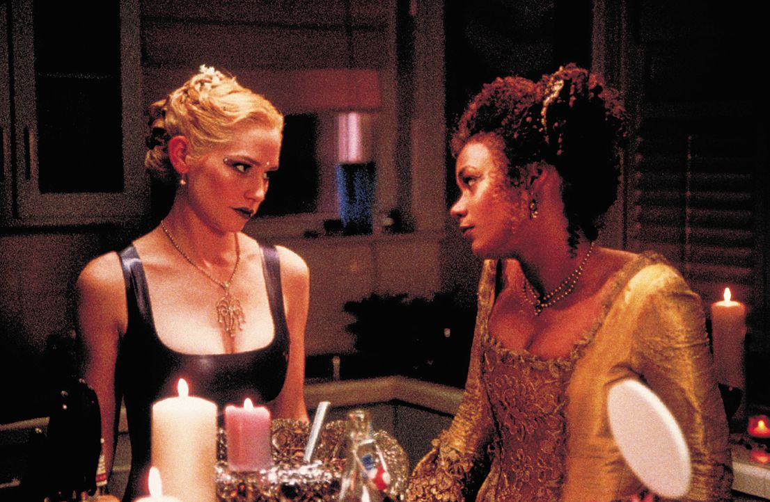 "Lebensgefährliche ""beste"" Freundinnen: Hadley (Meredith Monroe, l.) und Julianne (Rachel True, r.) ... - Bildquelle: 2003 Sony Pictures Television International. All Rights Reserved."