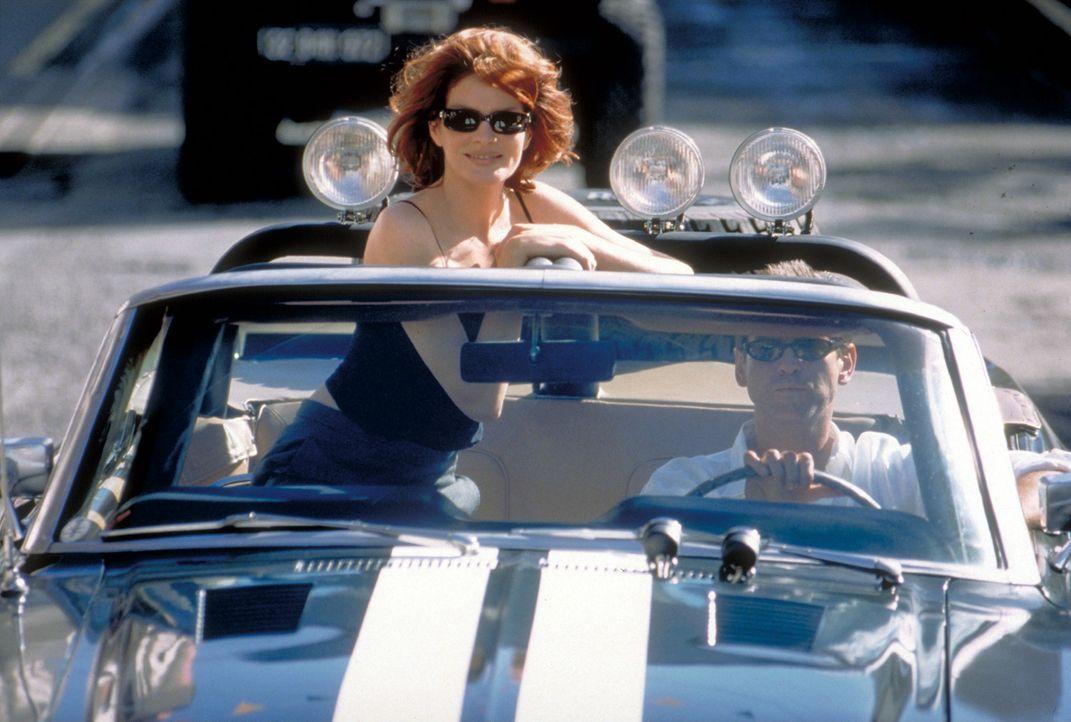 Die Polizei tappt im Dunkeln, die attraktive Versicherungsdetektivin Catherine Banning (Rene Russo, l.) kommt dem Millionär (Pierce Brosnan, r.) je... - Bildquelle: United Artists