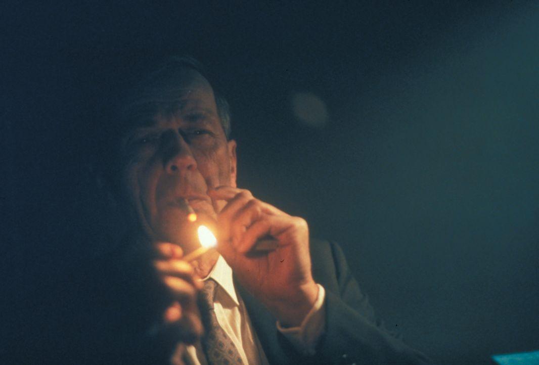 Der CIA-Mann (William B. Davis) hat einen äußerst geheimnisvollen Fall zu bearbeiten. - Bildquelle: TM +   2000 Twentieth Century Fox Film Corporation. All Rights Reserved.