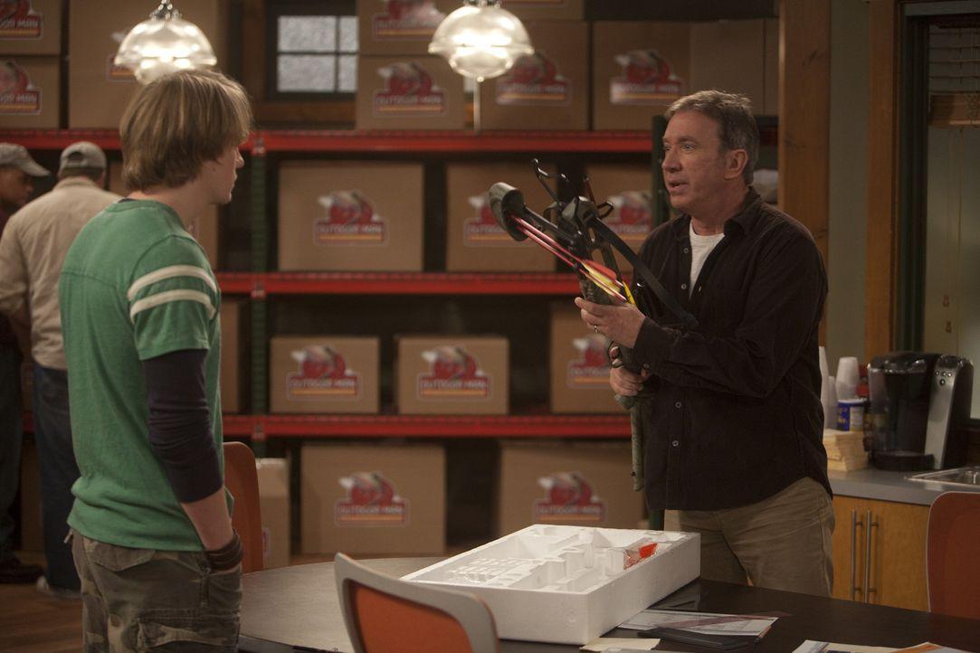 Mike (Tim Allen, r.) spielt Armor für seine 17 Jahre alte Tochter Mandy und will seinen Angestellten Kyle (Christoph Sanders, l.) zu einem Date mit... - Bildquelle: 2011 Twentieth Century Fox Film Corporation