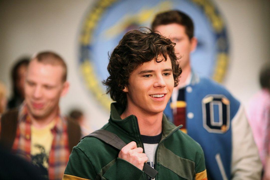Axl (Charlie McDermott) ist unglücklich, weil er die verrückte Ashley wieder zum Schulball begleiten muss und heckt einen Plan aus, wie er dort mit... - Bildquelle: Warner Brothers