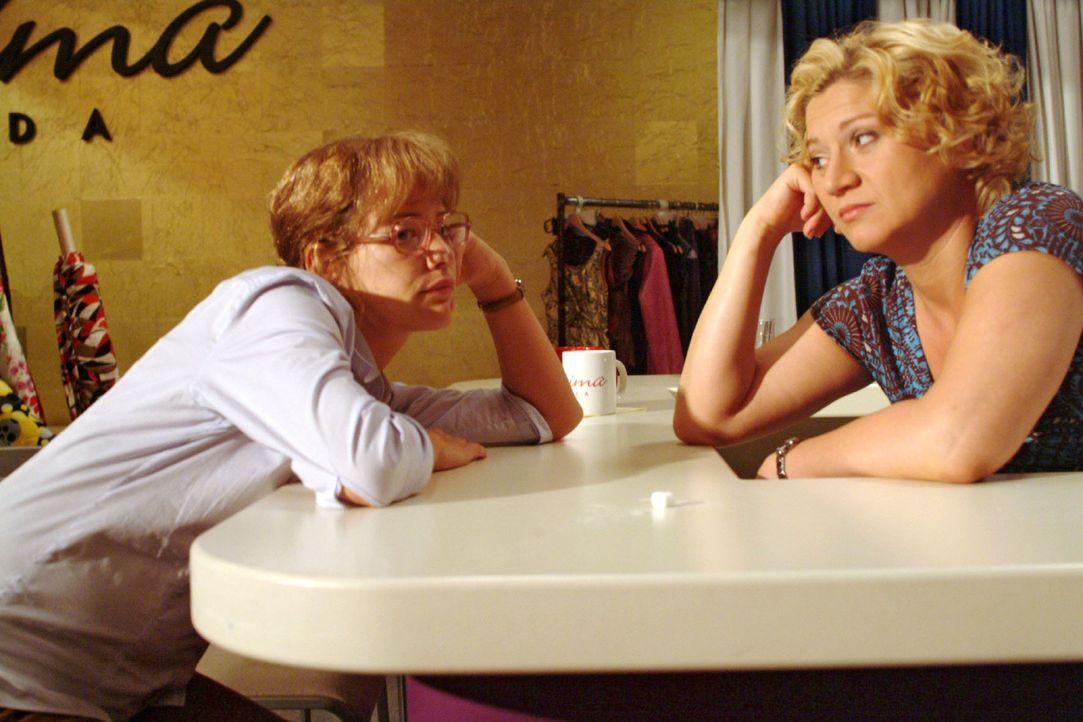 Agnes (Susanne Szell, r.) möchte wissen, wo Lisa (Alexandra Neldel, l.) in ihren 25. Geburtstag reinfeiern möchte - doch die hat ganz andere Sorgen.... - Bildquelle: Monika Schürle Sat.1